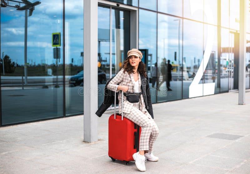 Bella donna di affari contro il contesto dell'aeroporto immagini stock libere da diritti