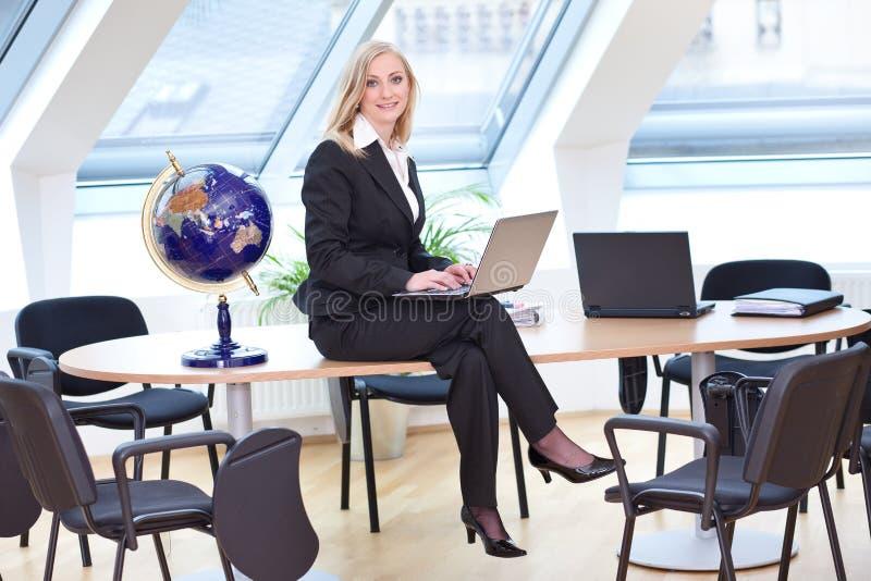Bella donna di affari corrispondente fotografia stock