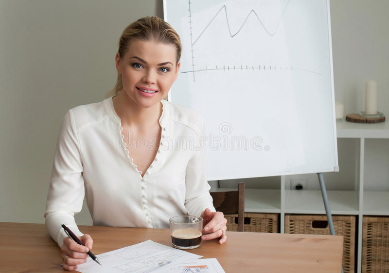 Bella donna di affari della donna all'ufficio immagini stock