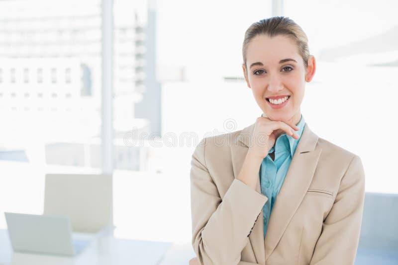 Bella donna di affari elegante che posa toccando il suo mento fotografia stock libera da diritti