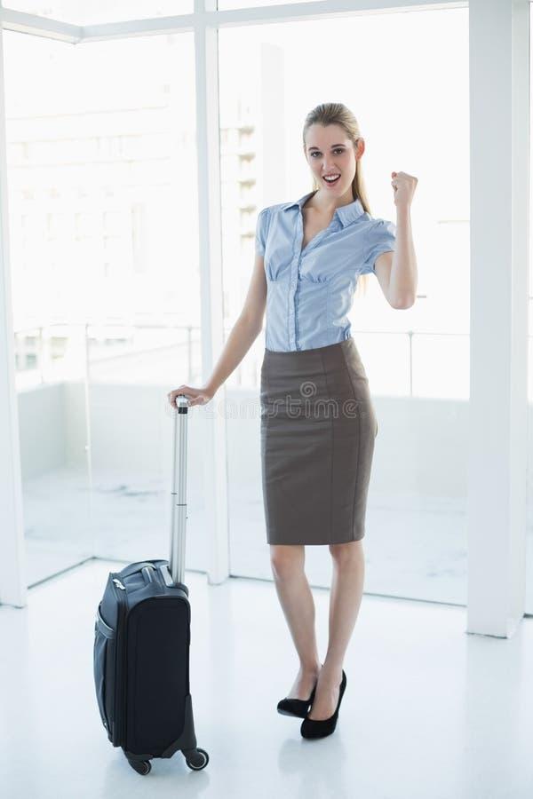 Bella donna di affari felice che posa allegramente stare nel suo ufficio immagini stock libere da diritti