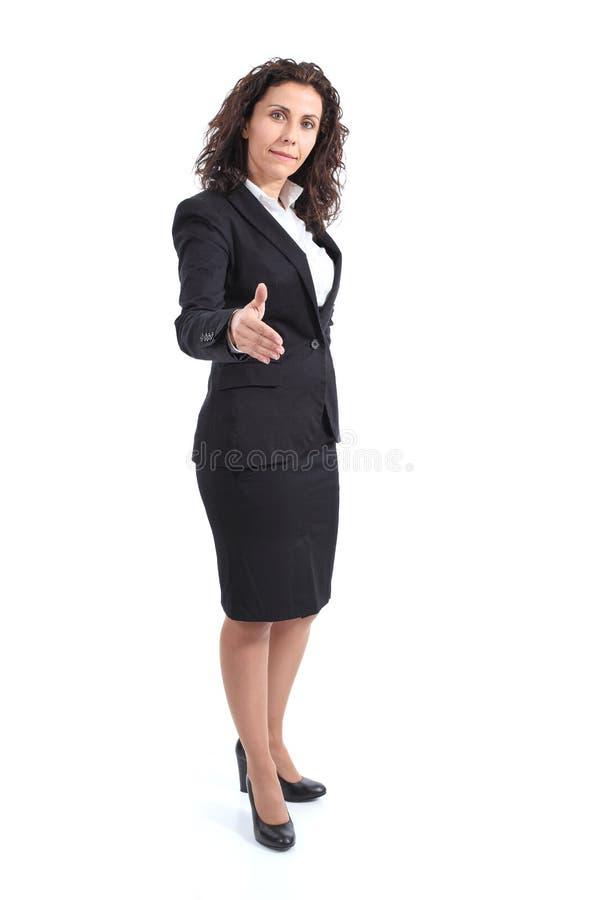 Bella donna di affari matura pronta alla stretta di mano immagine stock libera da diritti