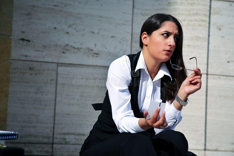 Bella donna di affari nel concetto all'aperto della città immagini stock