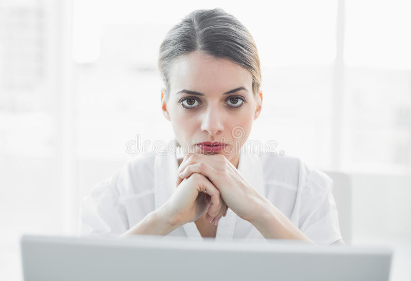 Bella donna di affari seria che esamina macchina fotografica fotografie stock libere da diritti