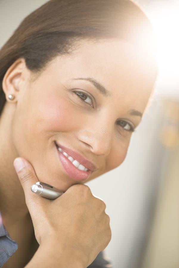 Bella donna di affari Smiling With Hand su Chin fotografie stock libere da diritti