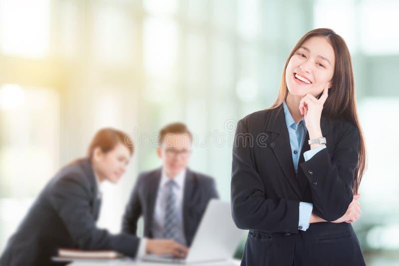 Bella donna di affari Smiling In Office fotografia stock libera da diritti