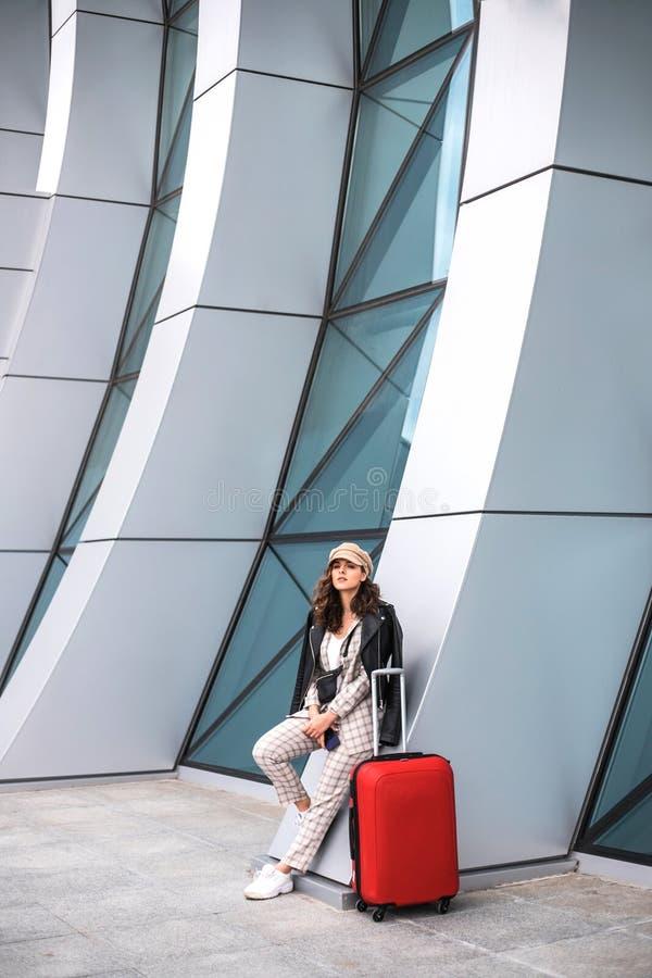 Bella donna di affari vicino al contesto dell'aeroporto immagine stock