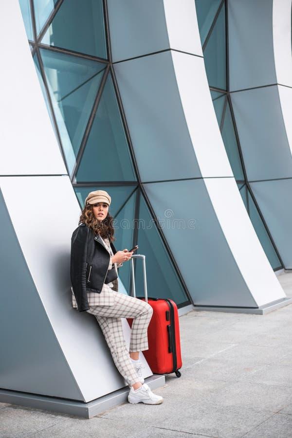Bella donna di affari vicino al contesto dell'aeroporto fotografia stock libera da diritti