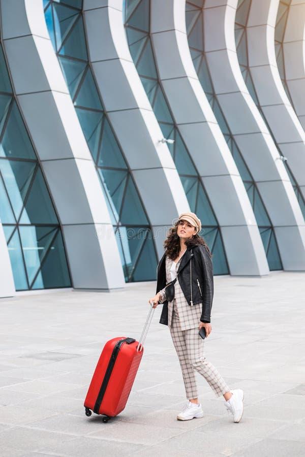 Bella donna di affari vicino al contesto dell'aeroporto immagini stock libere da diritti