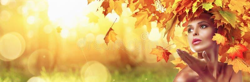 Bella donna di alta moda in Autumn With Falling Leaves immagini stock libere da diritti