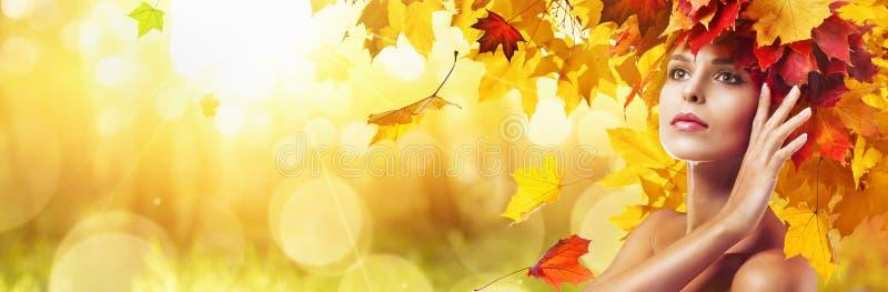 Bella donna di alta moda in Autumn With Falling Leaves royalty illustrazione gratis