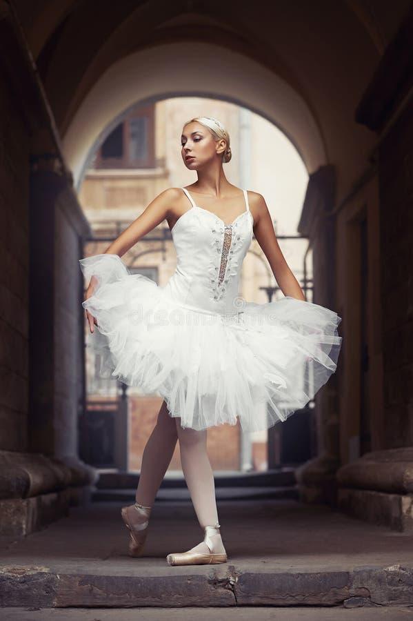 Bella donna di balletto all'aperto fotografia stock