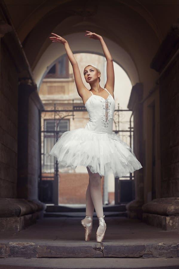 Bella donna di balletto all'aperto immagini stock