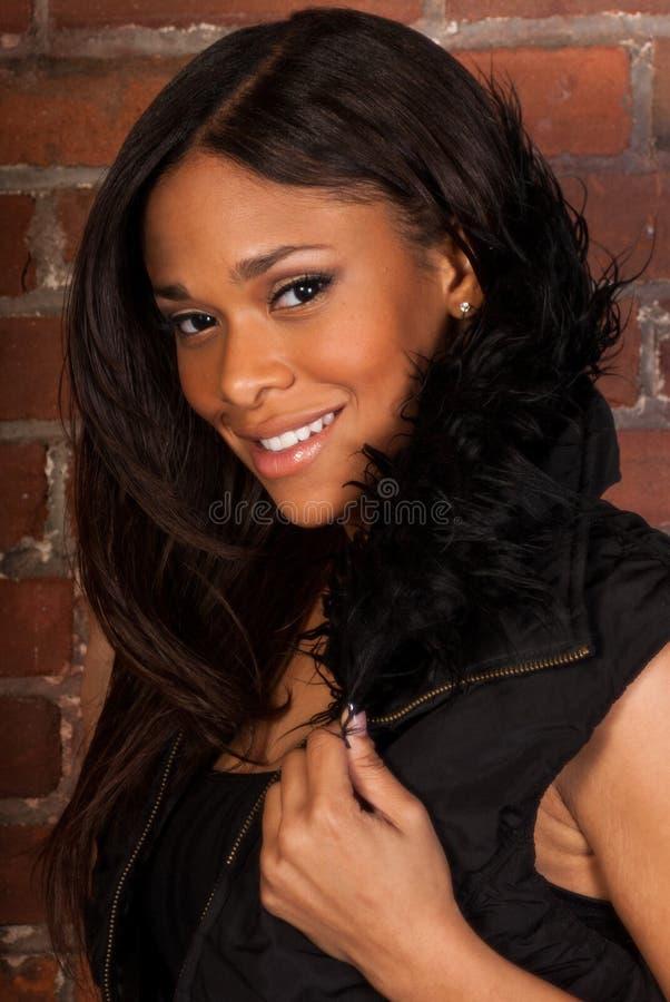 Bella donna di colore afroamericana sexy che indossa il nero casuale immagini stock