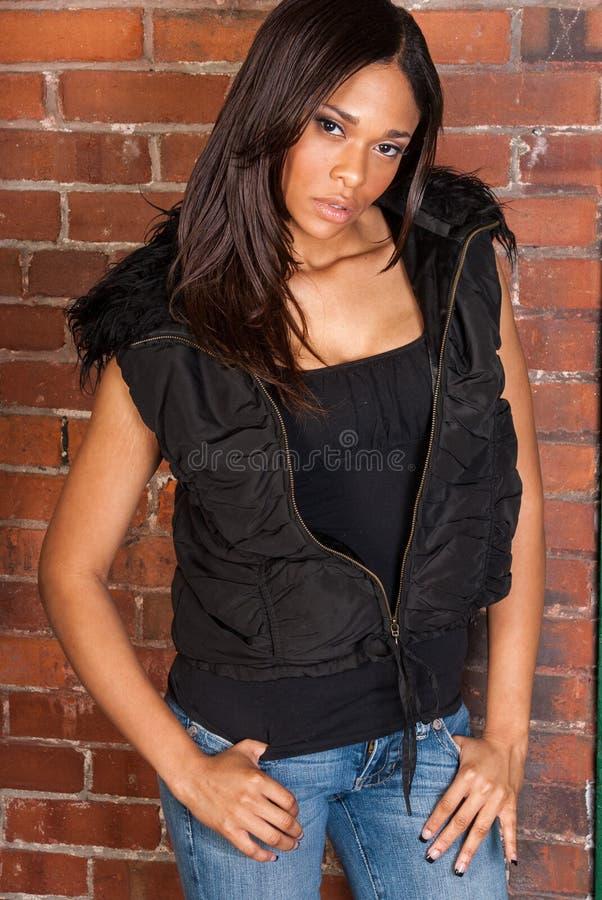 Bella donna di colore afroamericana sexy che indossa il nero casuale immagine stock