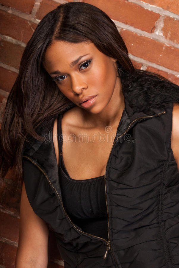 Bella donna di colore afroamericana sexy che indossa il nero casuale immagine stock libera da diritti