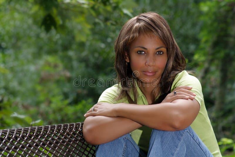 Bella donna di colore all'aperto (2) fotografie stock
