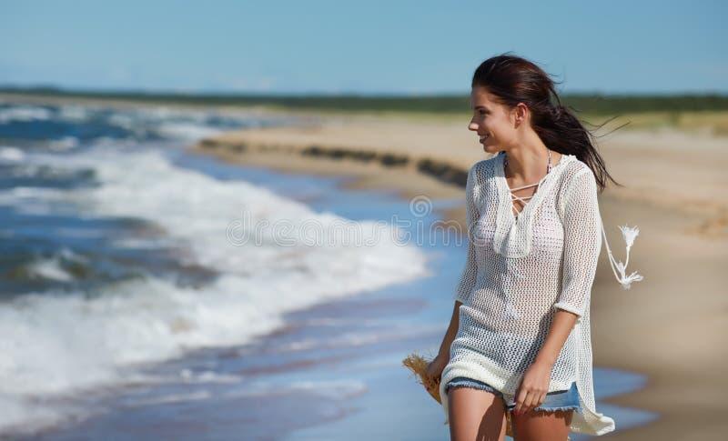 Bella donna di estate vicino al mare fotografia stock