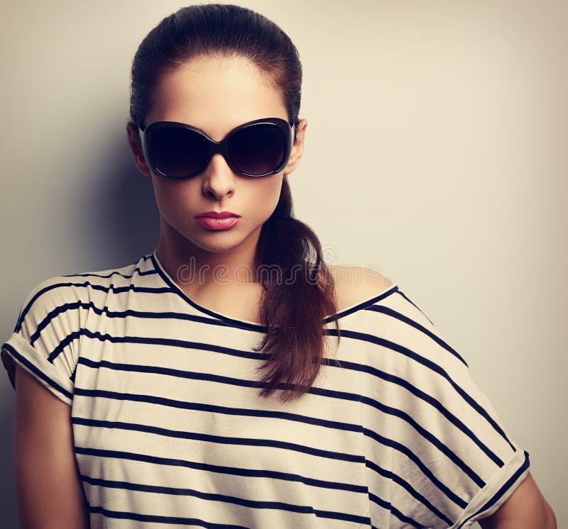Bella donna di fascino che posa in occhiali da sole di modo Cl d'annata fotografia stock