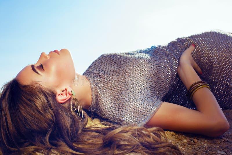 Bella donna di fascino con capelli scuri che posano sulla spiaggia di estate fotografia stock libera da diritti
