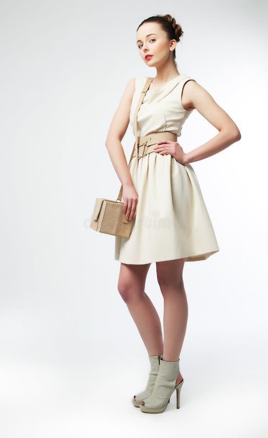 Bella donna di Fasionable nella condizione bianca del vestito fotografie stock libere da diritti