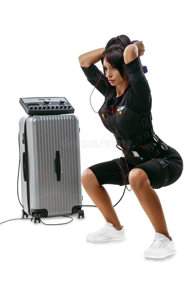 Bella donna di forma fisica di SME che fa gli edifici occupati della testa di legno immagine stock