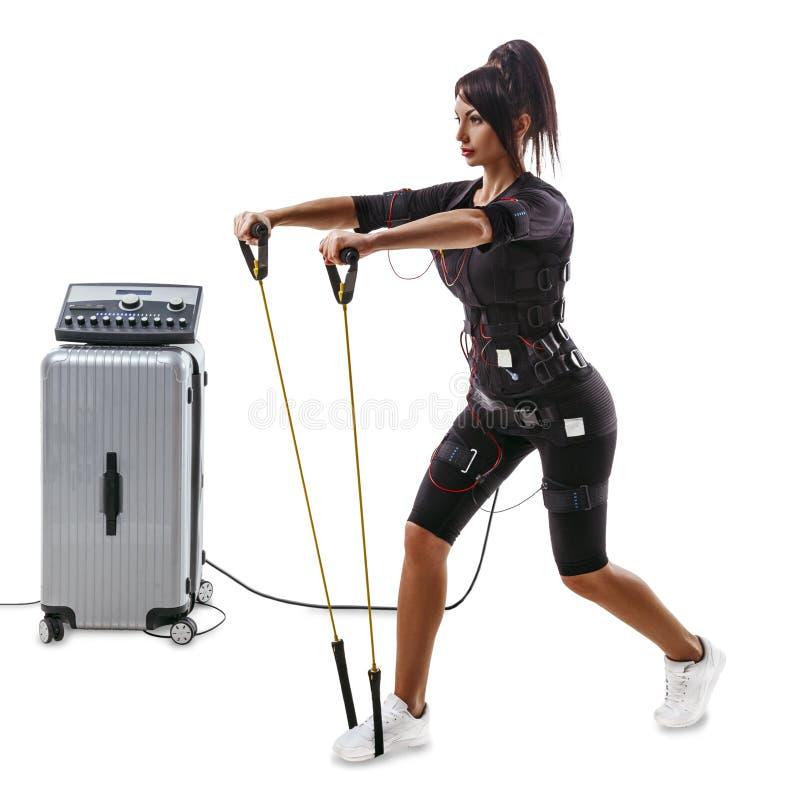 Bella donna di forma fisica di SME che fa gli esercizi per le mani e la parte posteriore con l'estensore fotografie stock