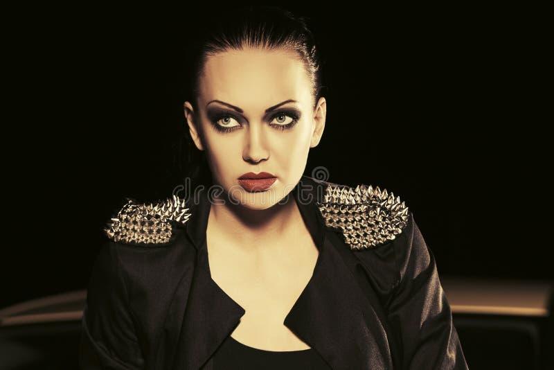 Bella donna di giovane modo in giacca sportiva nera in via di notte immagine stock