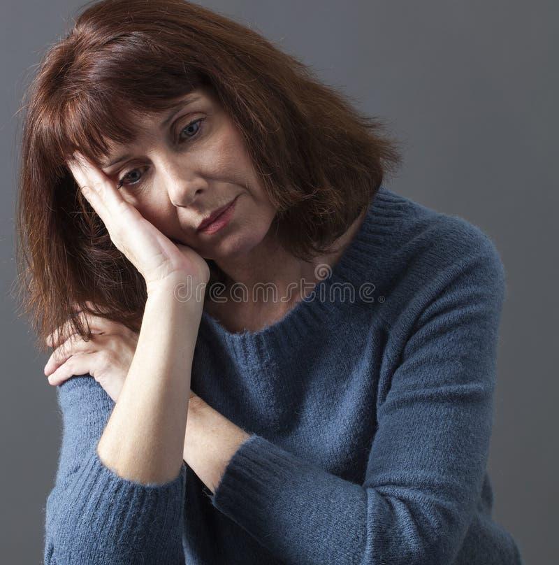 Bella donna di invecchiamento che soffre dai blu di inverno immagini stock