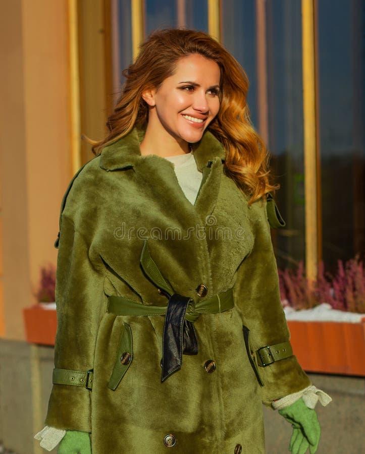 Bella donna di inverno in cappotto verde di inverno all'aperto fotografia stock