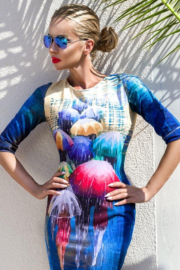 Bella donna di modello bionda sexy di lusso elegante sbalorditiva fenomenale che indossa un vestito ed i supporti degli occhiali  immagini stock
