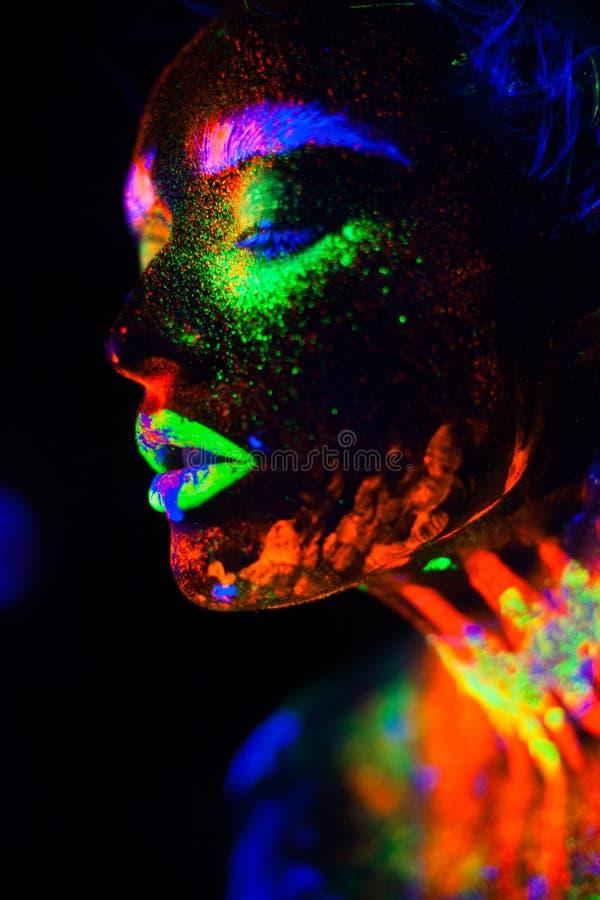 Bella donna di modello extraterrestra alla luce al neon È ritratto di bello modello con trucco fluorescente, arte fotografie stock libere da diritti