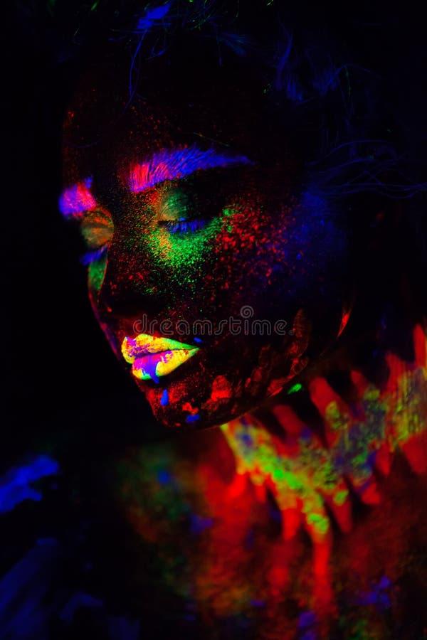 Bella donna di modello extraterrestra alla luce al neon È ritratto di bello modello con trucco fluorescente, arte immagine stock