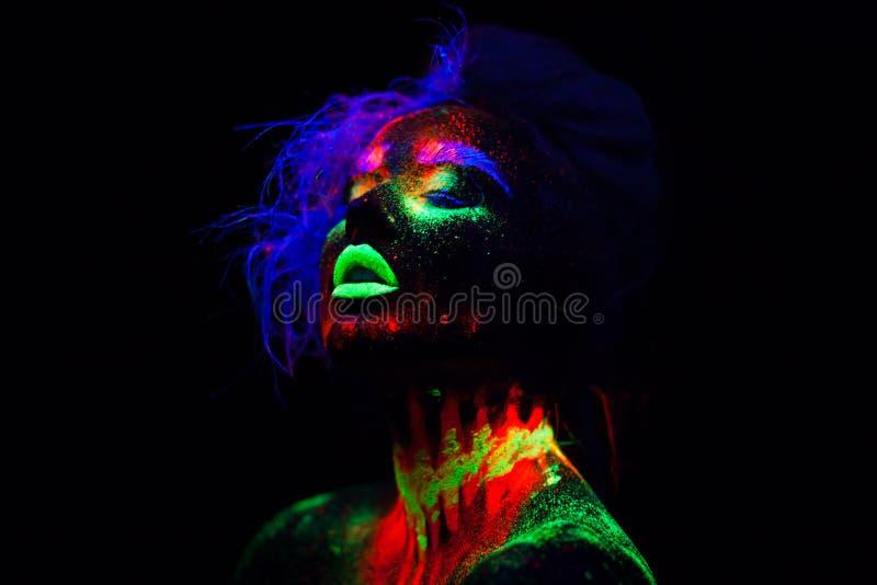 Bella donna di modello extraterrestra con capelli blu e le labbra verdi alla luce al neon È ritratto di bello modello immagine stock
