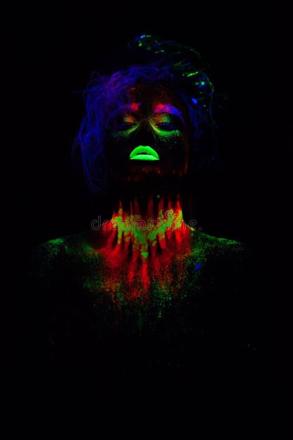 Bella donna di modello extraterrestra con capelli blu e le labbra verdi alla luce al neon È ritratto di bello modello fotografia stock libera da diritti