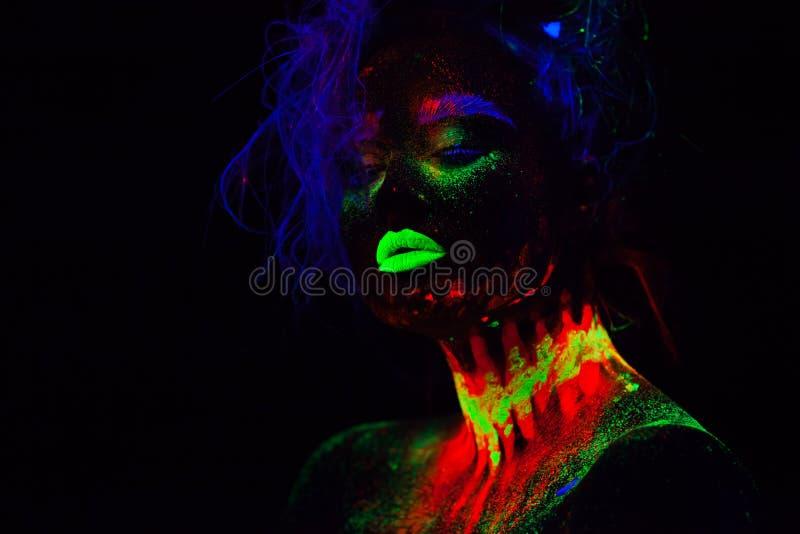 Bella donna di modello extraterrestra con capelli blu e le labbra verdi alla luce al neon È ritratto di bello modello immagini stock