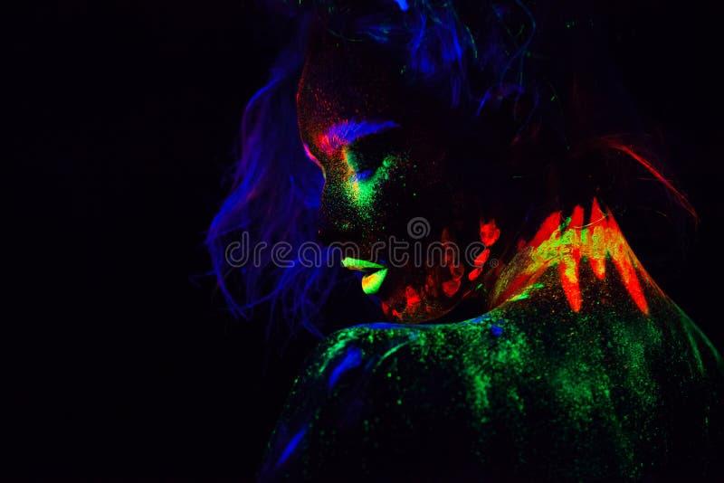 Bella donna di modello extraterrestra con heair blu e labbra verdi alla luce al neon È ritratto di bello modello fotografie stock libere da diritti
