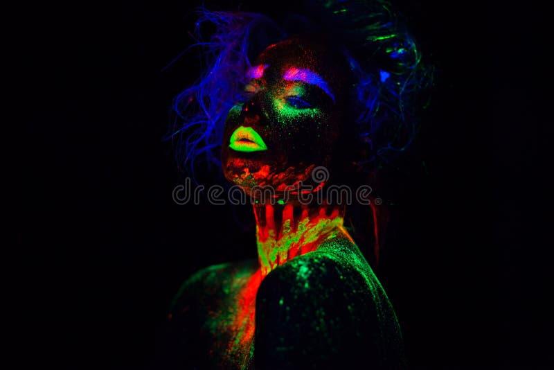 Bella donna di modello extraterrestra con heair blu e labbra verdi alla luce al neon È ritratto di bello modello fotografie stock