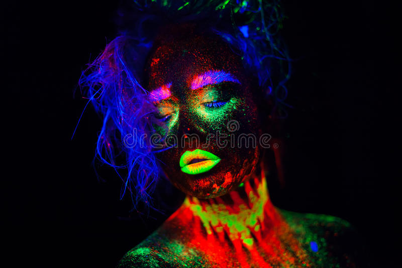 Bella donna di modello extraterrestra con heair blu e labbra verdi alla luce al neon È ritratto di bello modello fotografia stock