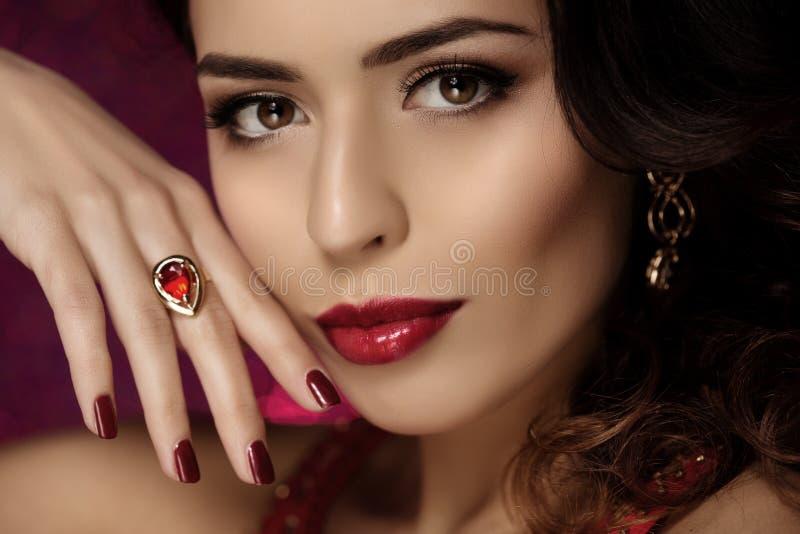 Bella donna di modello ragazza moderna di trucco del salone di bellezza nella giovane i fotografie stock libere da diritti