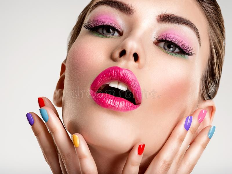 Bella donna di modo con chiodi colorati Ragazza bianca attraente con il manicure multicolore fotografia stock libera da diritti