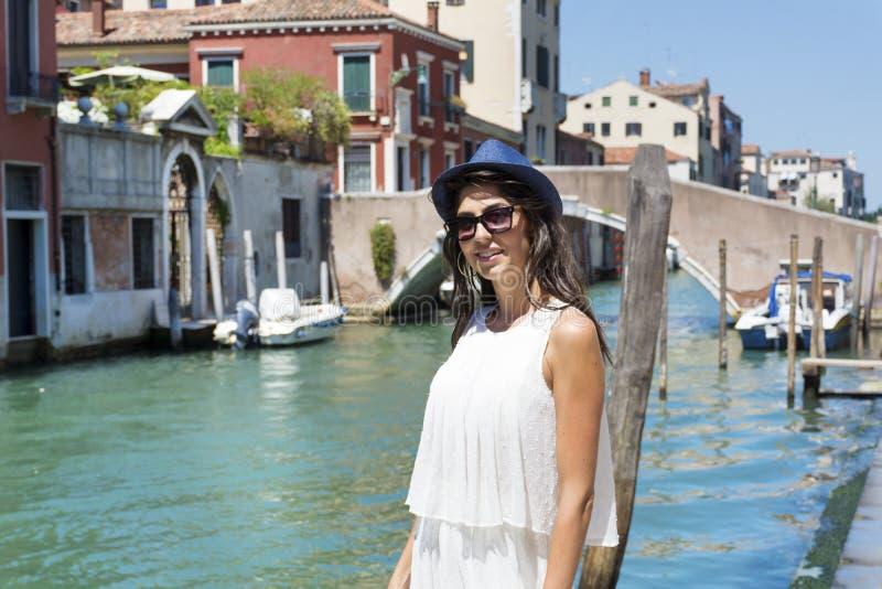 Bella donna di modo con il cappello a Venezia, Italia immagine stock