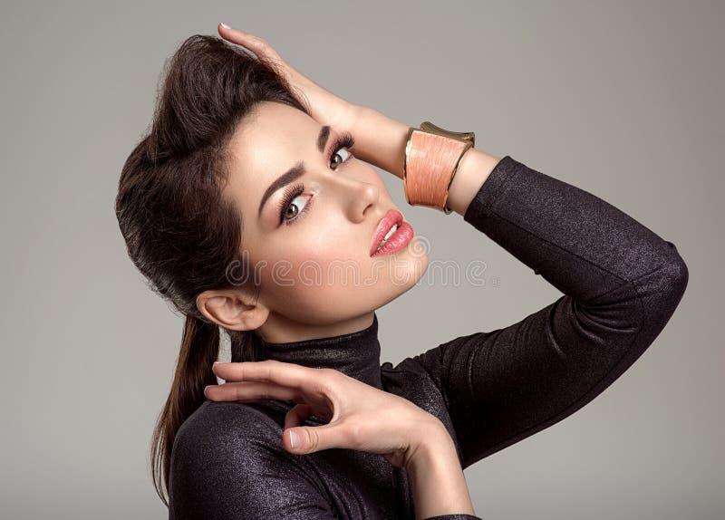 Bella donna di modo con rossetto di corallo vivente La ragazza bianca attraente indossa i gioielli di lusso fotografie stock