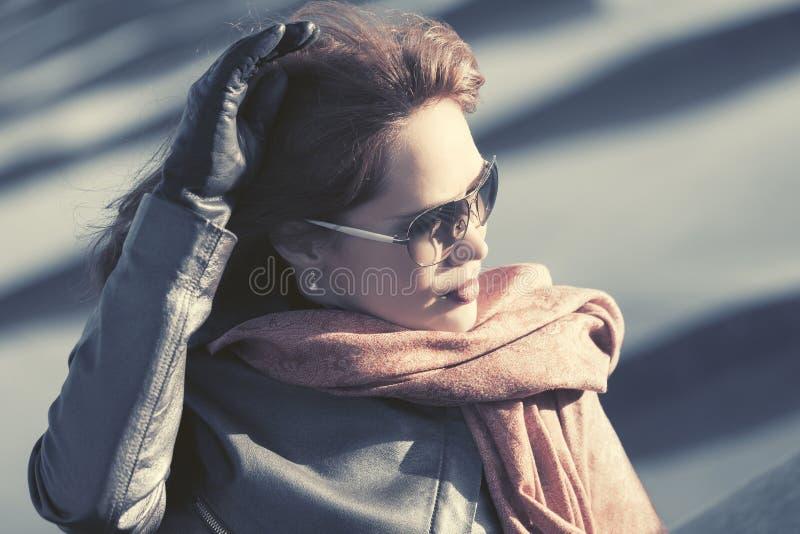 Bella donna di modo in sciarpa rossa e cappotto di cuoio immagini stock libere da diritti