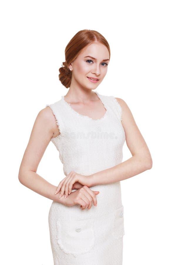 Bella donna di redhead in vestito in bianco e nero fotografia stock