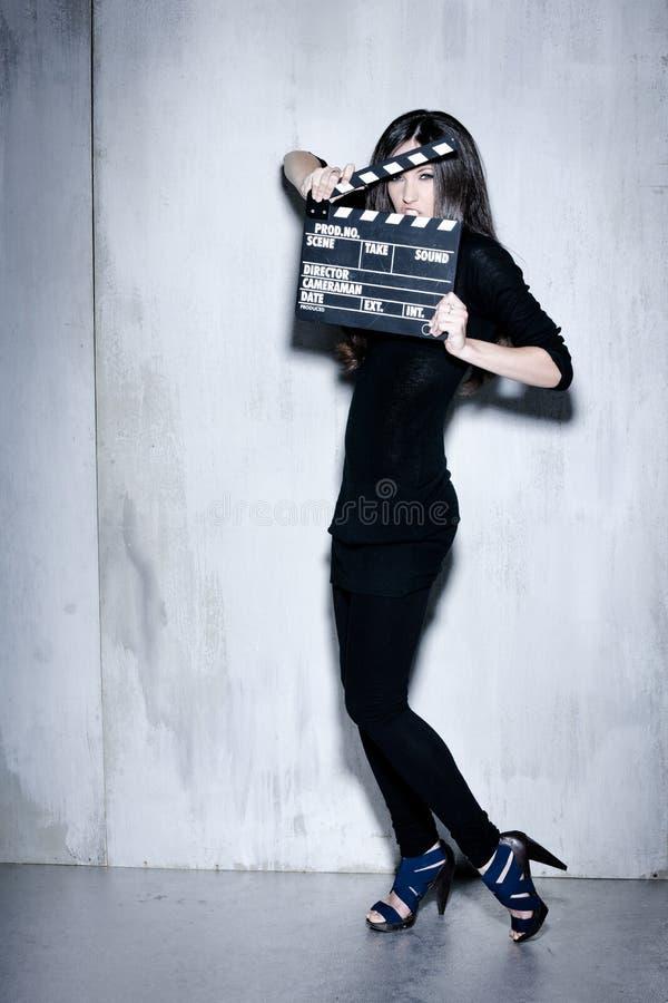 Bella donna di sensualità con il ciac hairholding lungo fotografie stock libere da diritti