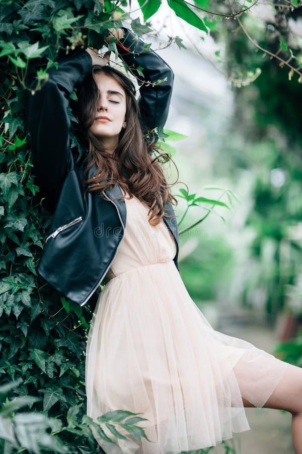 Bella donna di sogno con gli occhi chiusi che posano sul backg della natura fotografia stock libera da diritti