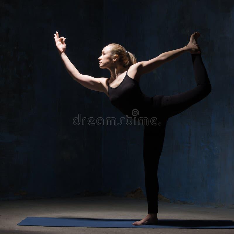 Bella donna di yoga che sta in Natarajasana fotografia stock libera da diritti