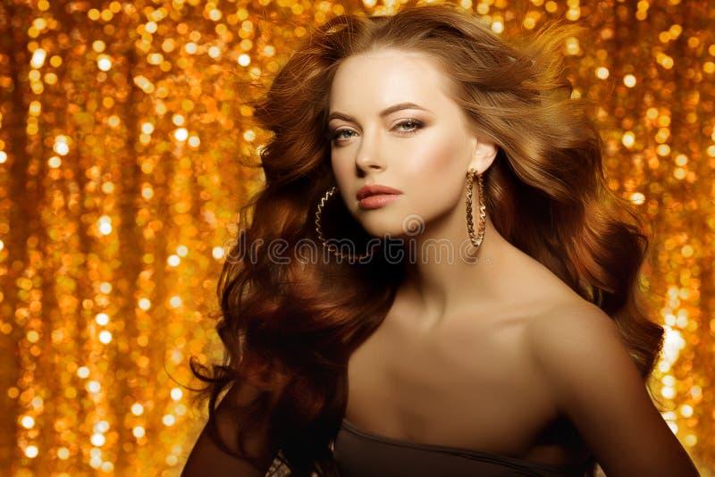 Bella donna dorata di modo, modello con la v lunga sana brillante fotografia stock libera da diritti