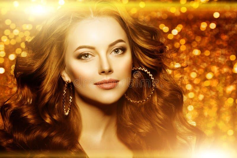 Bella donna dorata di modo, modello con la v lunga sana brillante fotografia stock